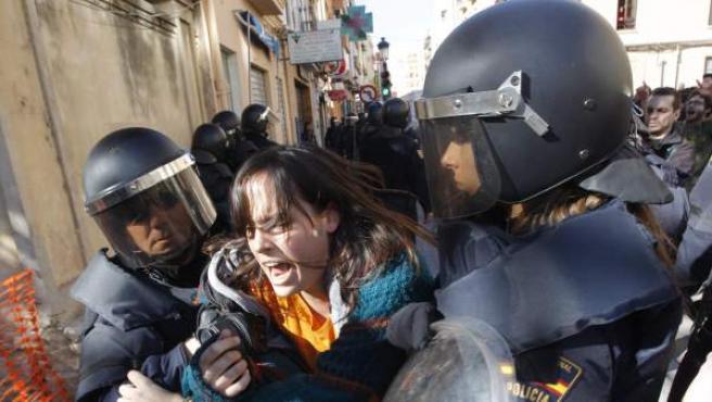 Estudiantes, padres de alumnos y dirigentes políticos de izquierda, el pasado viernes, durante la concentración frente al instituto Lluís Vives.