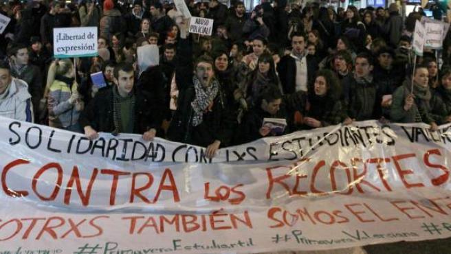 Los jóvenes cortan la Gran Vía madrileña.