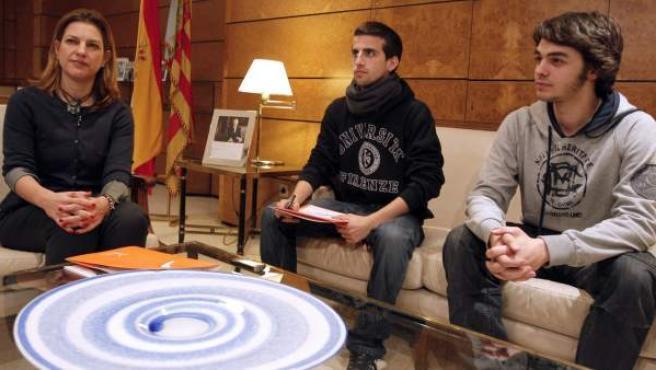 La delegada del Gobierno, Paula Sánchez de León, durante la reunión mantenida esta tarde con el presidente de la federación valenciana de estudiantes, Alberto Ordóñez (c).