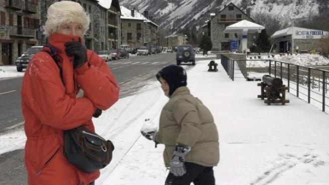 Una mujer se protege del frío.