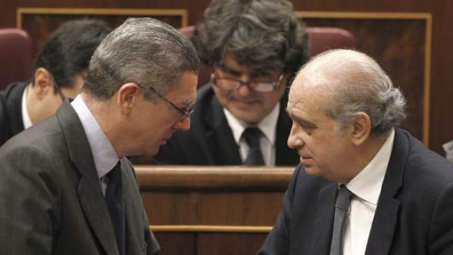 Los ministros de Justicia, Alberto Ruiz-Gallardón, e Interior, Jorge Fernández Díaz, se encuentran en el pleno del Congreso de los Diputados.