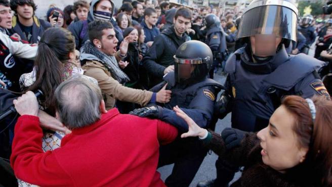 Las carreras e intervenciones policiales entre estudiantes y agentes antidisturbios se han sucedido en la plaza del Ayuntamiento de Valencia, con constantes escaramuzas y cargas.