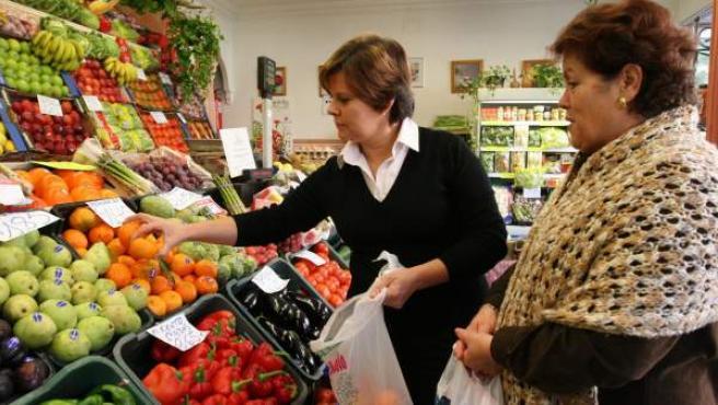 Una mujer comprando en una frutería cordobesa.