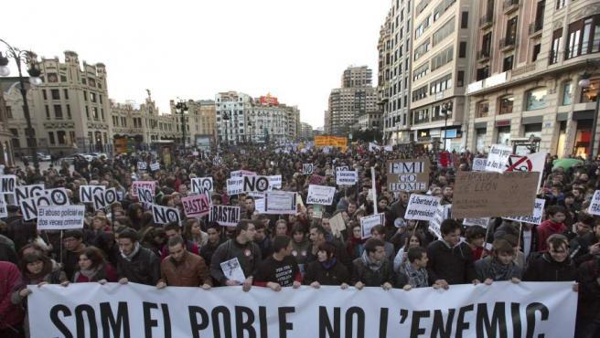 Fotografía de la cabecera de la manifestación hoy en Valencia contra los recortes en educación y en apoyo al instituto Lluis Vives.