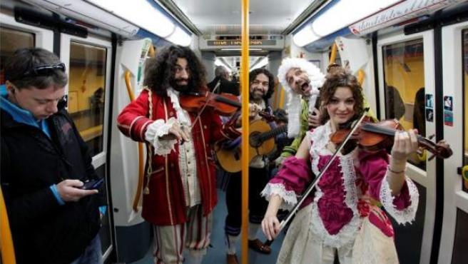 Algunos ni se inmutaron, pero el célebre violinista Ara Malikian y el tenor granadino José Manuel Zapata ofrecieron en el metro un espectáculo de auténtico lujo.