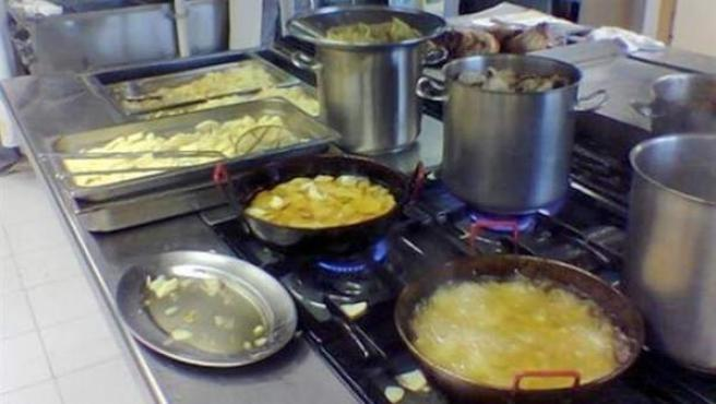 Alimentos friéndose en aceite en la cocina de un restaurante.
