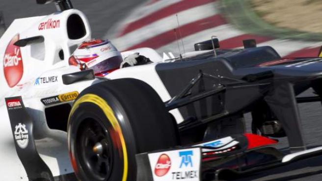 Kamui Kobayashi pilotando su Sauber en el circuito de Montmeló.
