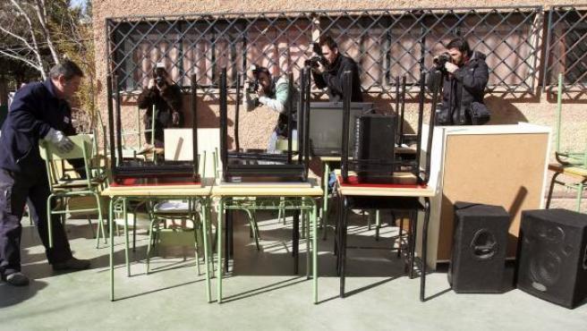 Los transportistas vuelven al colegio privado Santa Illa con los muebles retirados tras el cierre del centro debido a un embargo judicial por una deuda a la Seguridad Social.