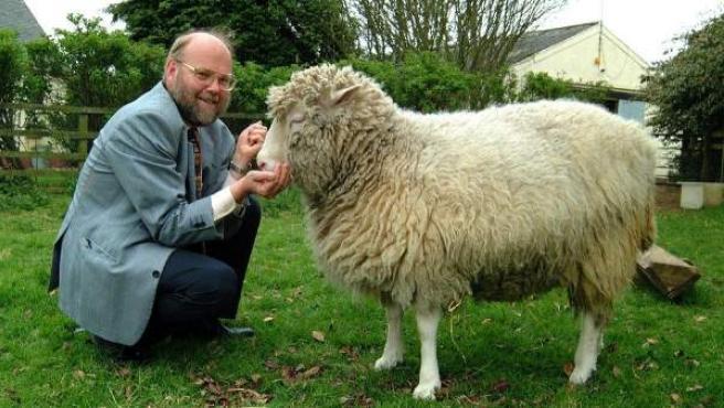 Foto cedida por el centro MRC (Centre for Regenerative Medicine) de la Universidad de Edimburgo en la que se ve a la oveja Dolly acariciada por su creador, el británico Ian Wilmut.