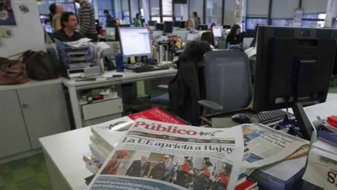 Al fondo, una imagen de la redacción del diario 'Público' y, en primer plano, la portada de un ejemplar de la última edición impresa, la del 24 de febrero de 2012.