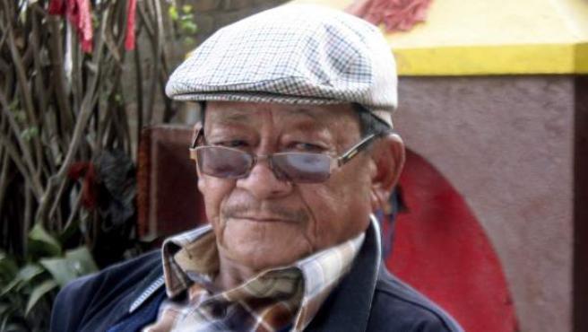 El curandero nepalí, Mohan Rai, de 84 años, en una foto tomada el 17 de febrero en Katmandú, la capital de Nepal, donde proliferan los sanadores que practican técnicas ancestrales de curación muy criticadas por el Gobierno.
