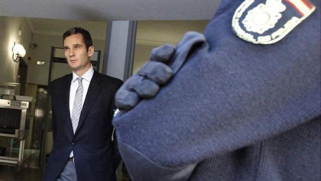 El duque de Palma, Iñaki Urdangarin, en el momento de su salida de los Juzgados de Palma para comer tras un receso en su declaración ante el juez Castro.