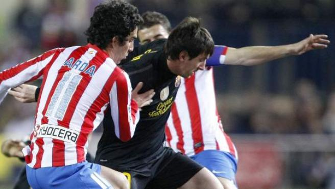 Leo Messi, delantero del Barça, intenta irse de Arda Turan y de Gabi Fernández.