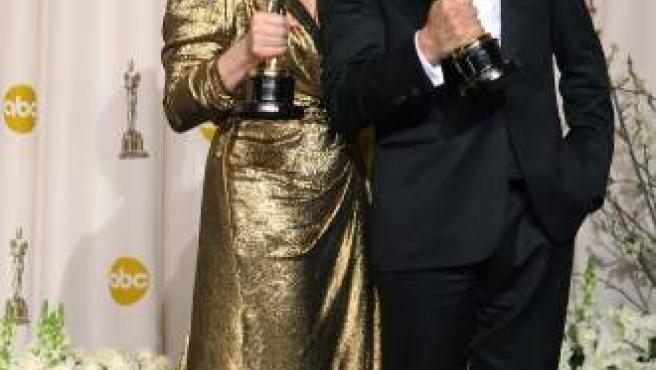 Meryl Streep posa con Jean Dujardin, ambos premiados como los mejores actores en los Oscar 2012.