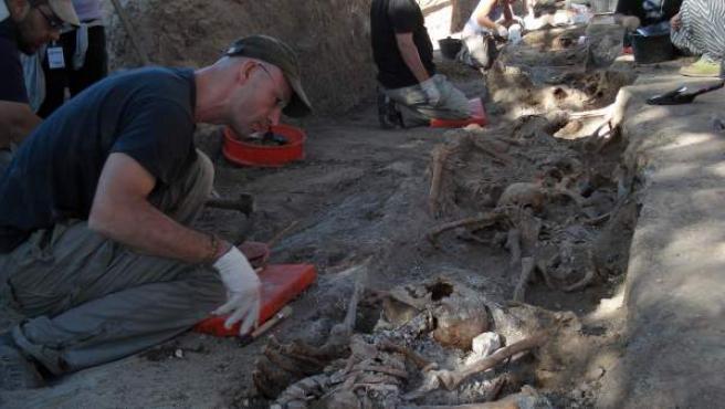 Imagen de archivo de la Asociación de la Memoria Histórica trabajando en el rescate de los cuerpos en dos fosas en Milagros, Burgos.