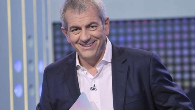 El presentador Carlos Sobera, en el plató de 'El tercero en discordia'.