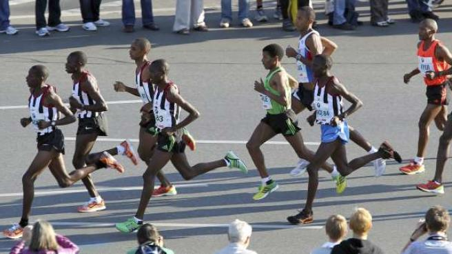 El atleta etíope Haile Gebrselassie (5ºizda, de verde) compite en la 38 edición de la Maratón de Berlín.