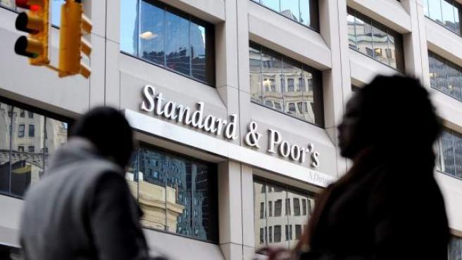 Fotografía del 8 de diciembre de 2011 que muestra la fachada de la agencia de medición de riesgo Standard & Poor's en Nueva York (EEUU).