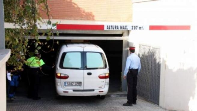 El vehículo judicial, entrando en el parking del edificio para llevarse el cadáver de la víctima.