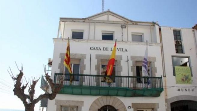 La fachada del Ayuntamiento de Sant Pol, con la bandera española en el mástil central.