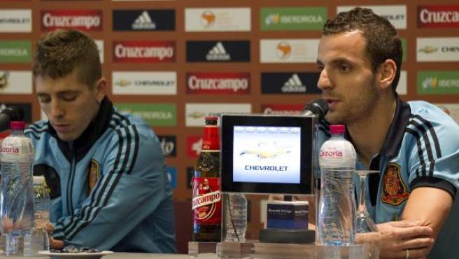 Soldado (d) y Muniain, en rueda de prensa con la selección.