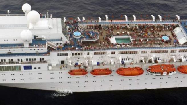 Fotografía tomada por la Marina de la India que muestra parte de la cubierta del crucero Costa Allegra después de que sufriera un incendio en su sala de máquinas, en aguas de las islas Seychelles.