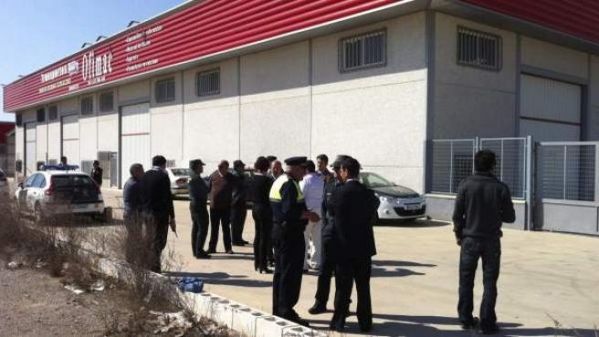Agentes de la Guardia Civil permanecen en la zona acordonada del polígono 'Los Caños' de Zafra.