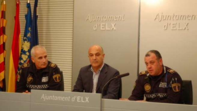 Los Agentes De Policía Local Junto Al Edil De Seguridad En La Rueda De Prensa