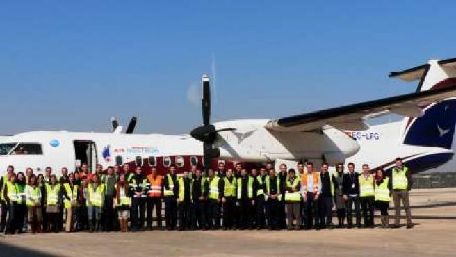 Personal del área técnica De Air Nostrum Despiden El Último Dash 8.