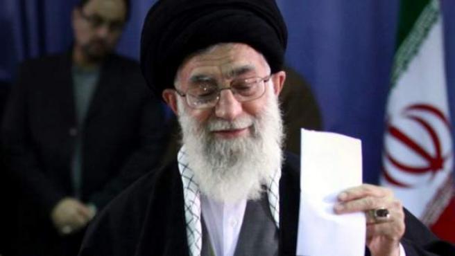 Una fotografía facilitada por la página web oficial del líder supremo iraní, ayatolá Alí Jamenei, muestra el líder supremo mientras vota en los comicios legislativos en una urna móvil instalada en el Complejo Religioso Imán Jomeini en Teherán, Irán.