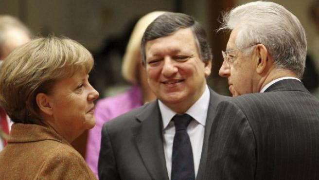 Merkel, Barroso y Monti, charlan durante la segunda jornada de reuniones de los jefes de Estado y Gobierno de la Unión Europea en Bruselas.
