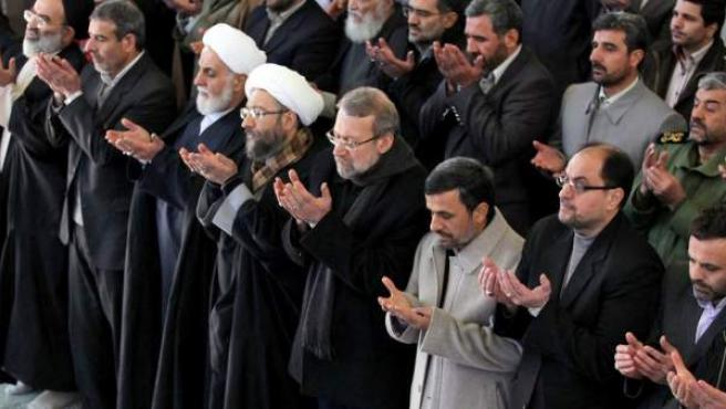 El ayatolá Jamenei, el presidente Ahmadineyad y otros líderes iraníes en la oración de los viernes.