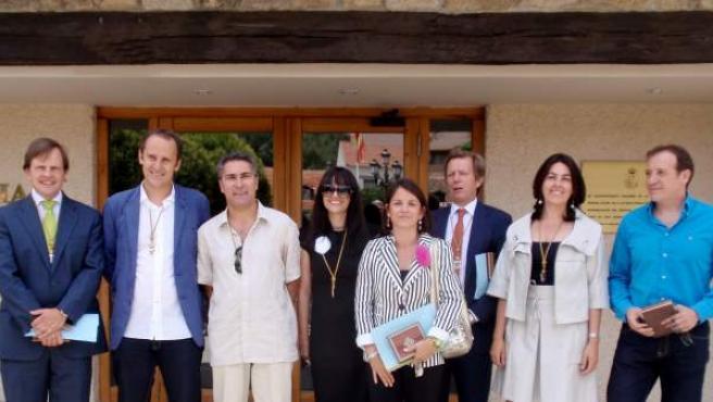 La alcaldesa de Torrelodones, Elena Biurrun (chaqueta de rayas), con su equipo de concejales.