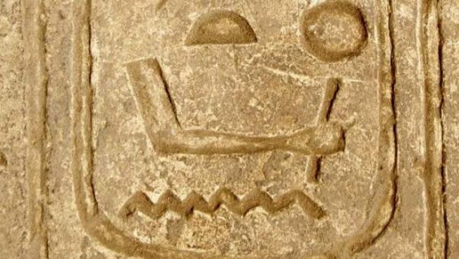 Detalle del medallón en el que aparece el nombre del faraón incrustrado en una puerta de piedra del templo de Karnak en Luxor.