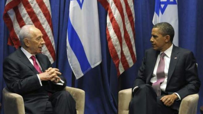 El presidente de Israel, Simon Peres (i), habla con el presidente de Estados Unidos, Barack Obama (d), en Washington, Estados Unidos.