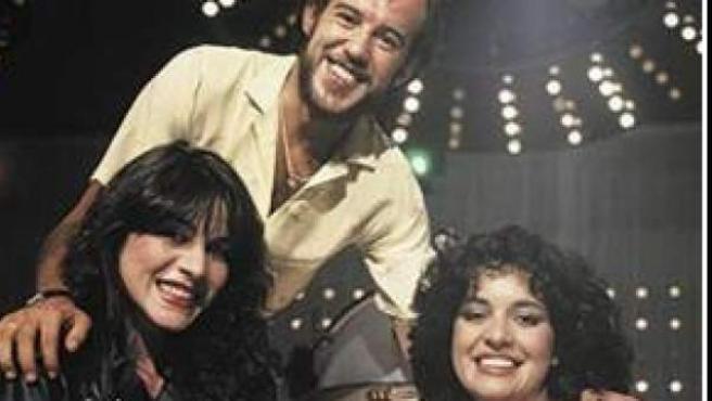 José Luis Fradejas, en el centro, rodeado de María Casal (izquierda) y Adriana Ozores (derecha).