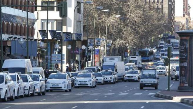Varias filas de taxis se acumulan a diario en la parada de la avenida del General Perón, en las inmediaciones del paseo de la Castellana.