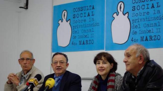 Los portavoces de la Plataforma contra la privatización del Canal de Isabel II y de las Asambleas del 15-M.