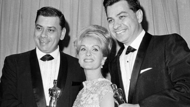 Debbie Reynolds posa en 1965 junto a Richard M. Sherman (derecha) y Robert Sherman (izquierda) ganadores del Oscar por 'Mary Poppins'.