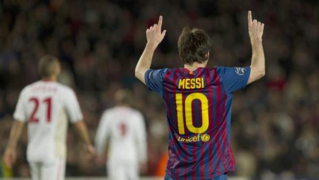 Leo Messi señala al cielo tras uno de sus cinco goles al Leverkusen.