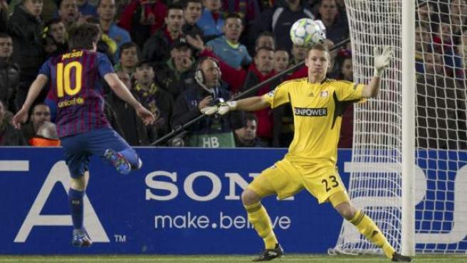 Messi bate a Leno.