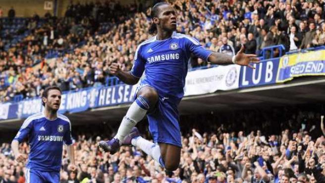 Didier Drogba, delantero del Chelsea, celebra su gol ante el Stoke City junto a Juan Mata.