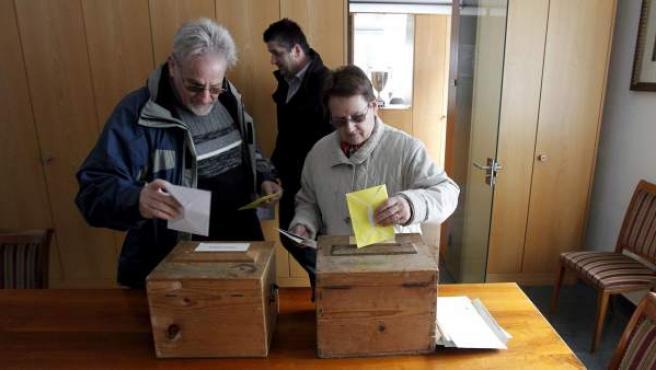 Una pareja suiza vota en un referéndum.