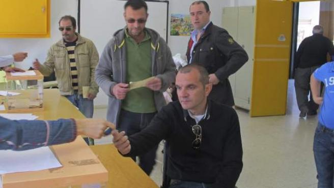 """Vecinos de Guadiana del Caudillo votan en el colegio San Isidro en una consulta popular organizada para decidir si eliminan """"del Caudillo"""" del nombre del municipio."""