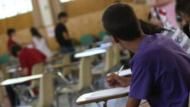 Un alumno toma notas en un instituto.