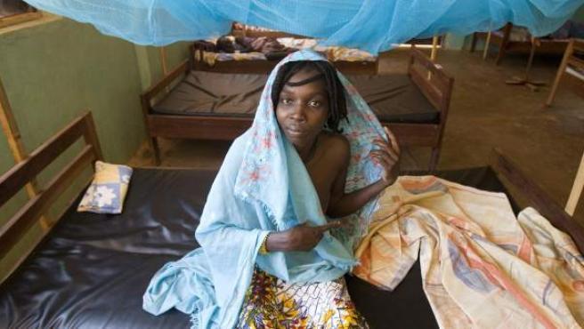 Awa (20 años) ingresó en el hospital de MSF en Batangafo (RCA) aquejada de fatiga extrema, parálisis parcial del cuerpo y un problema mental. La enfermedad del sueño estaba muy avanzada y le había afectado al sistema nervioso.