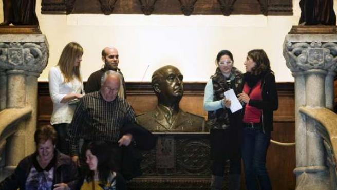 La llegada de los primeros visitantes al pazo de Meirás, con el busto de Francisco Franco, en la escalera de la entrada principal.