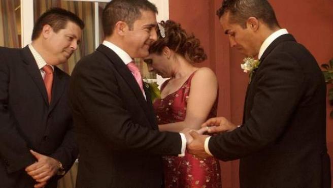 España fue el tercer país que aprobó una ley que permitía el matrimonio entre personas del mismo sexo. Las primeras uniones civiles homosexuales llegaron en verano de 2005. En la imagen, una pareja de Sevilla.