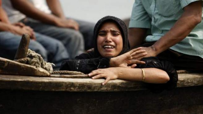 Una mujer llora la pérdida de su marido en el naufrágio de un barco de pasajeros en el río Meghna, en Munshigonj (Bangladesh).
