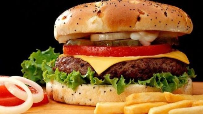 Una hamburguesa con patatas fritas.